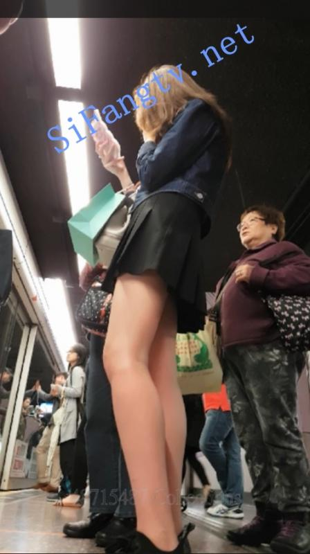 [CD抄底]487系列CW001-抄底玩手机的黑色百褶裙美女白内裤-福利好好看
